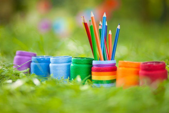 трава, баночки с яркими красками, разноцветные карандаши