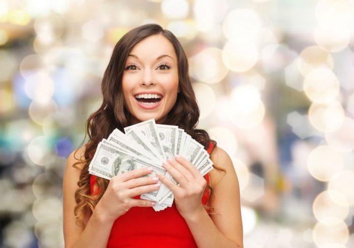 счастливая девушка с кипой денег