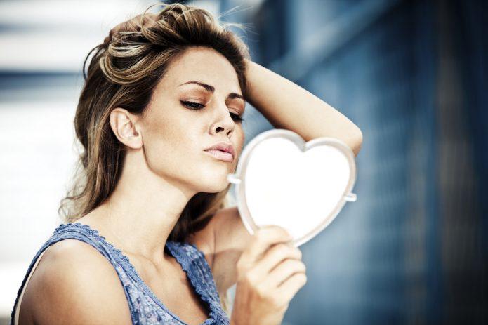 девушка смотрит в зеркало, самодовольство