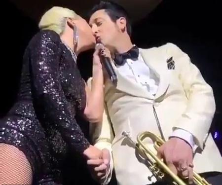 Леди Гага поцелуй с женатым мужчиной