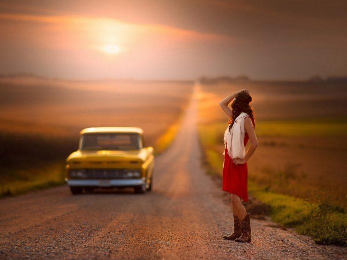 девушка, машина, дорога, поле, закат, автостоп
