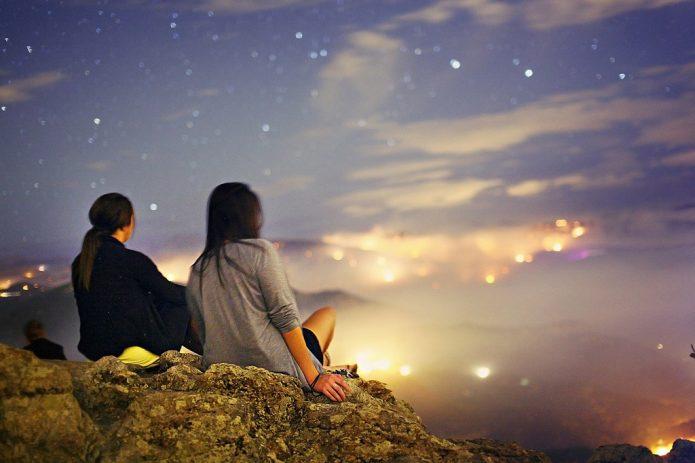 люди на вершине горы, красивое небо,звёзды