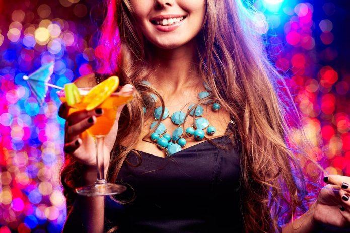 девушка с коктейлем, улыбка, вечеринка