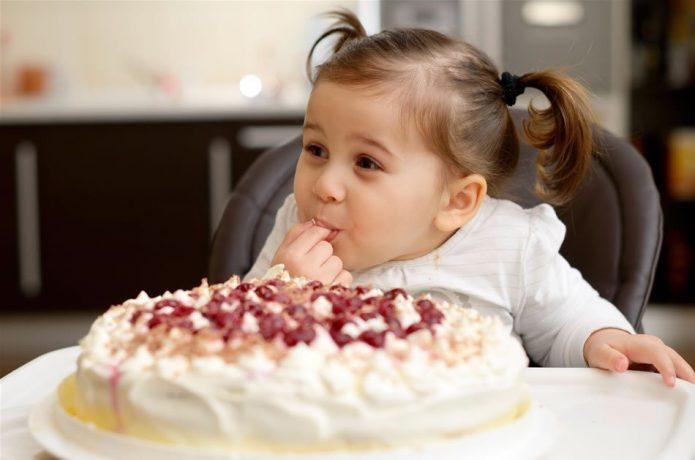 Девочка ест торт руками