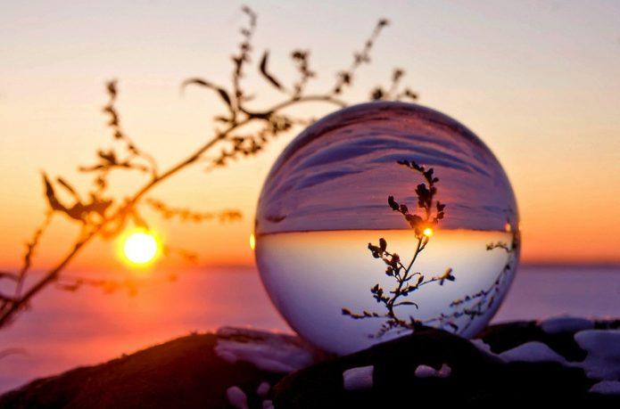 стеклянный шар, отражение, сухоцвет, закат