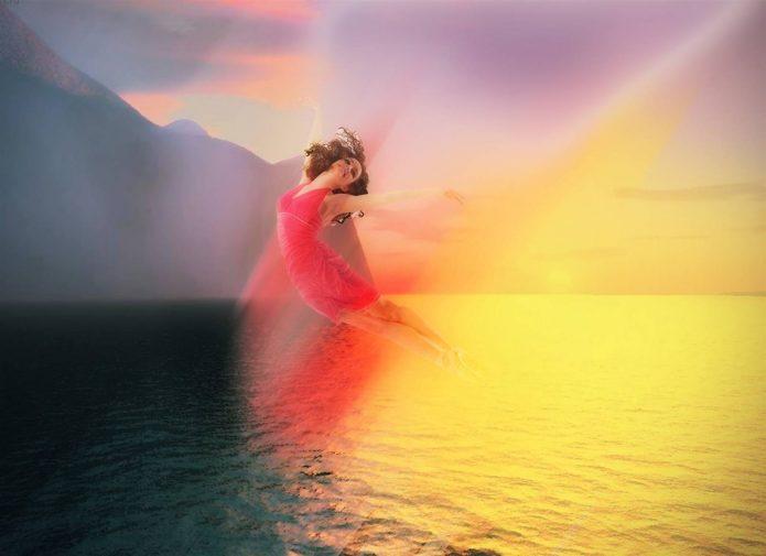 девушка в полёте, красивое небо, вода