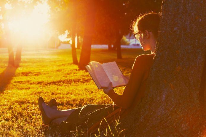 девушка с книгой, летний вечер, дерево, газон