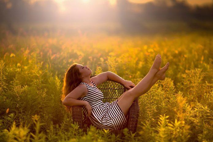 девушка в кресле, поле, солнце, лето