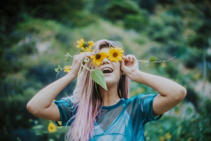 девушка с жёлтыми цветами, улыбка, лето