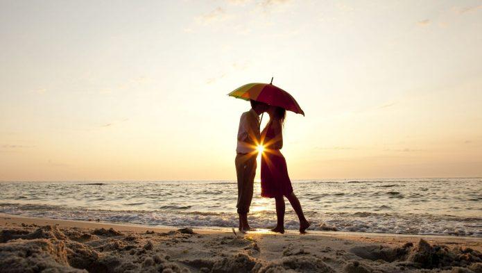 влюблённые под ярким зонтом, пляж, море, солнце