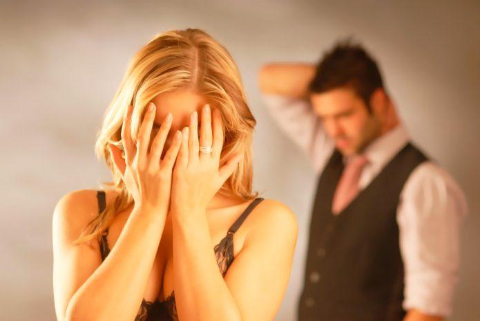 Плачущая девушка и растерянный мужчина