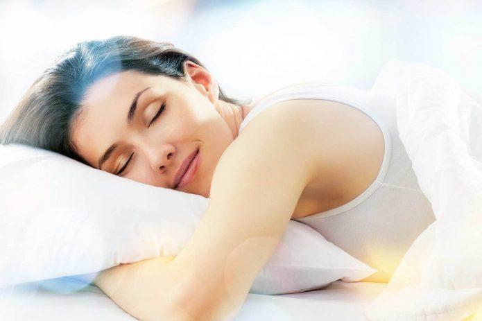спящая девушка, улыбка