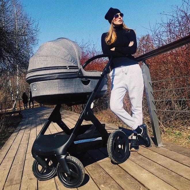 Саша Савельева с коляской