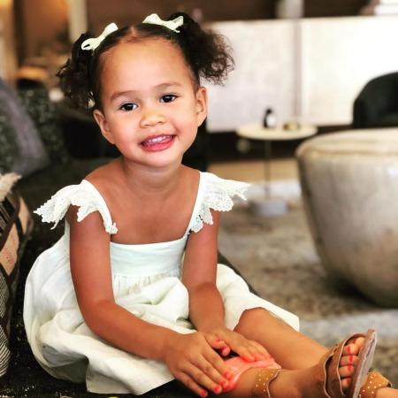Крисси Тейген красит трёхлетней дочери ногти