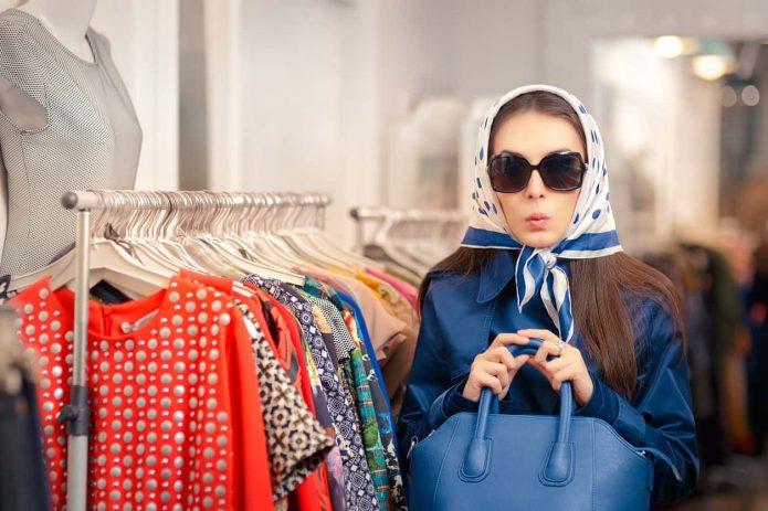 девушка в солнечных очках, магазин одежды, шопинг