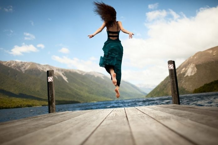 девушка, причал, прыжок, небо, вода