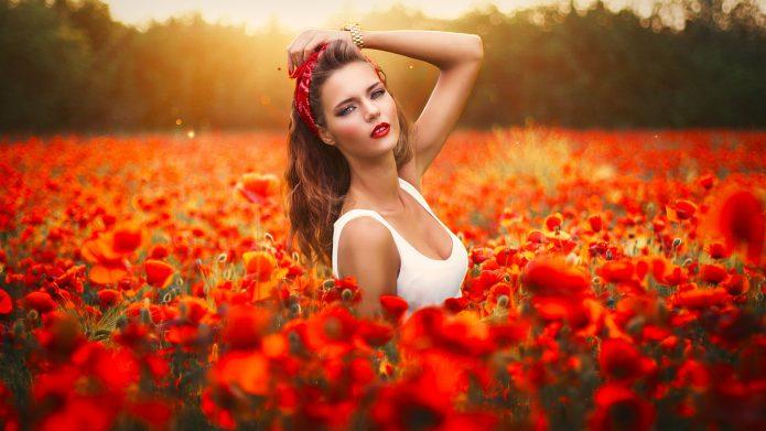красивая девушка в маковом поле