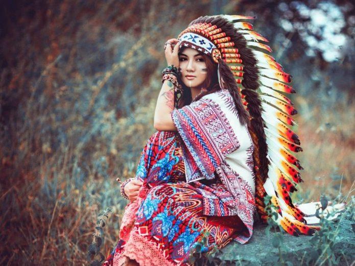 девушка в образе индейца