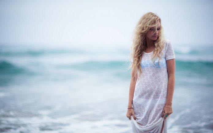 девушка в белом, море
