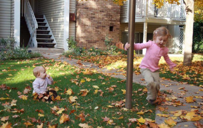 Дети во дворе дома