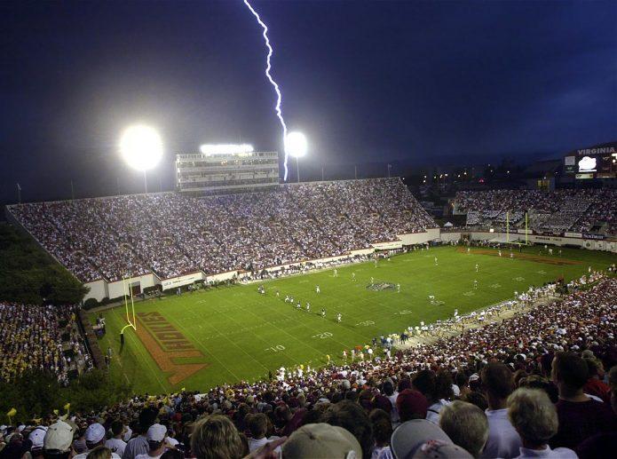 Молния над футбольным полем