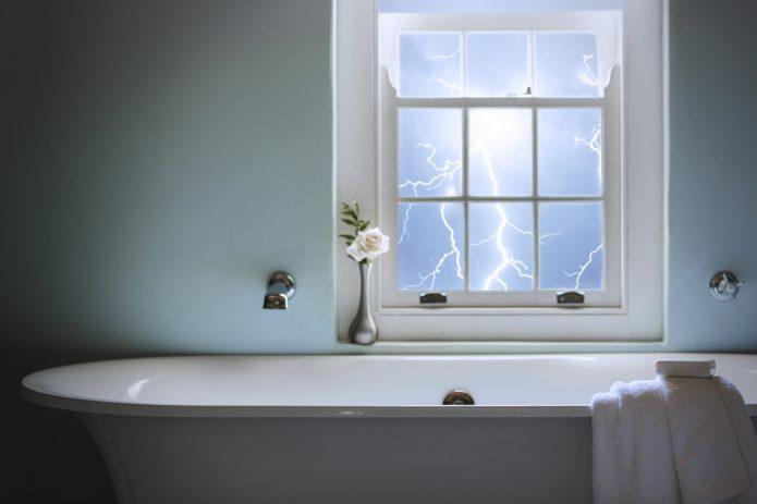 Ванная комната и молния за окном