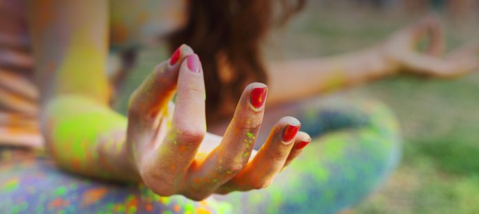 Девушка соединила большой и указательный пальцы