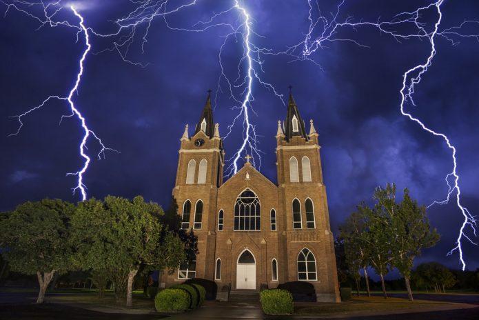Молния над храмом