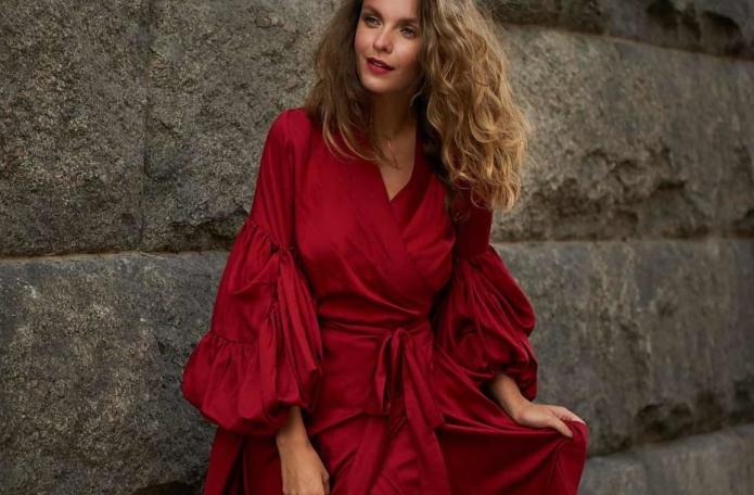 девушка в рубиновом платье