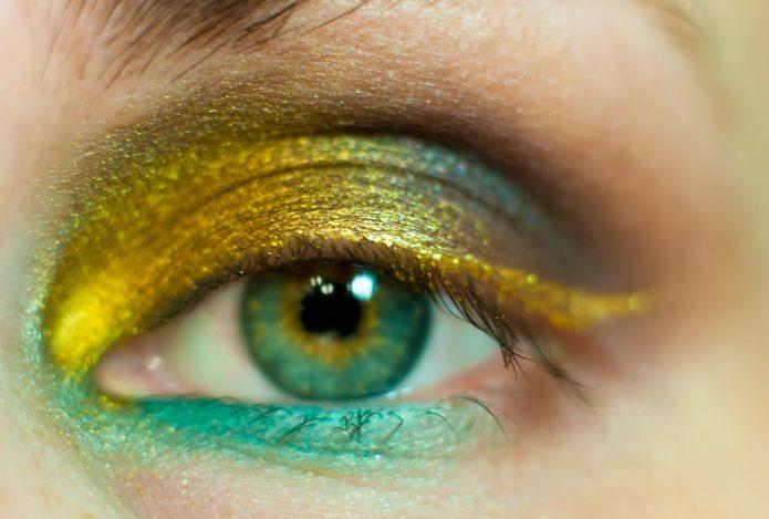 жёлто-зелёная подводка для глаз, макияж