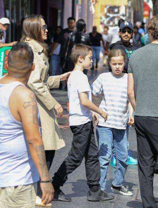 Джоли с детьми на квесте