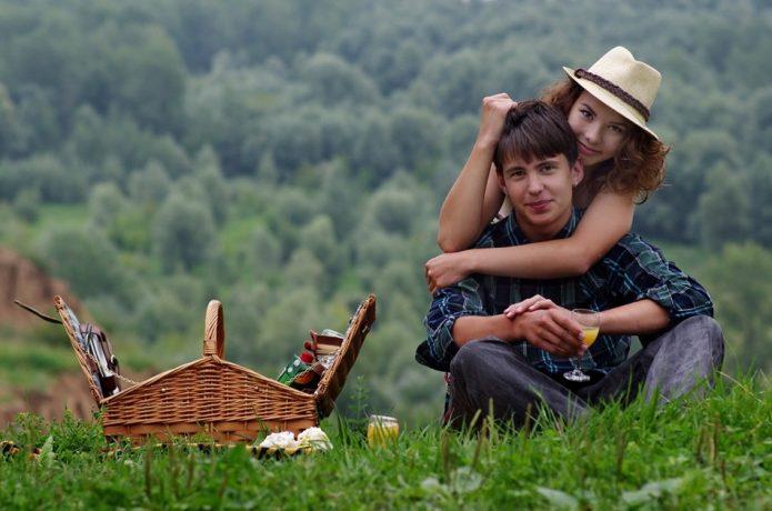 Молодая пара на пикнике