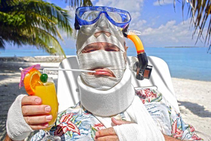 Мужчина в гипсе на пляже