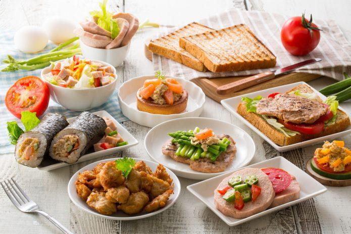 много красивой еды на столе