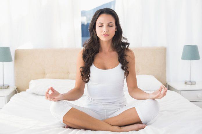 утренняя медитация на кровати, девушка в белом
