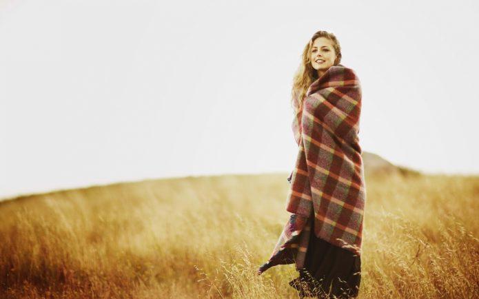 девушка в пледе в поле