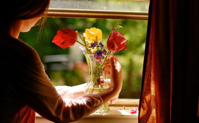девушка с цветами у окна