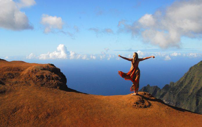 девушка на вершине горы, облака