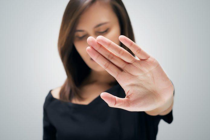 девушка с вытянутой рукой, жест отказа