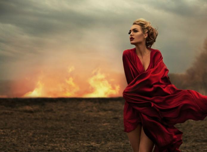 девушка в красном на фоне пожара