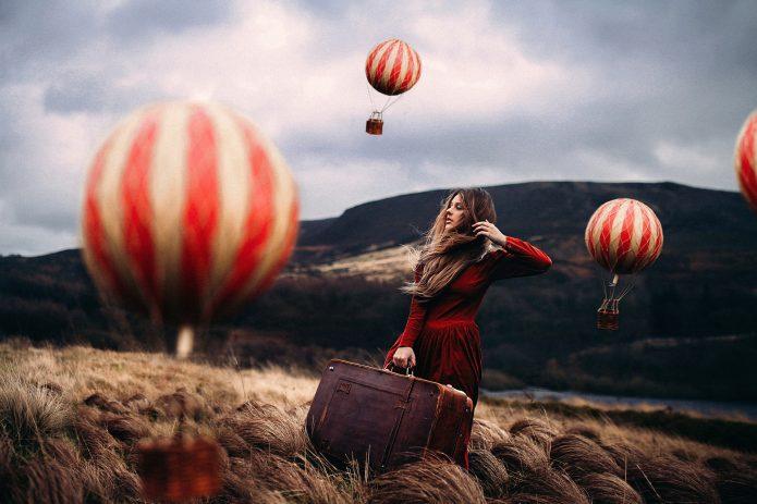 девушка со старинным чемоданом, шары, поле, горы