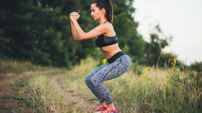 девушка тренируется на природе