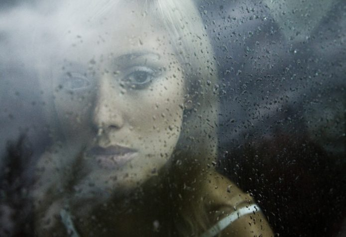 девушка, дождь, капли на стекле, грусть