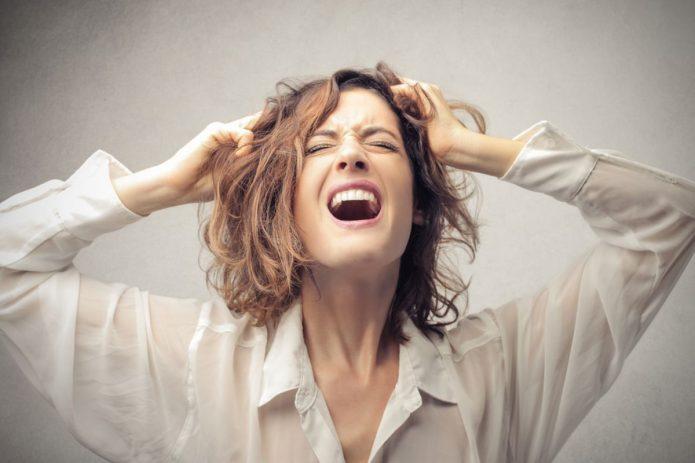нервная девушка трогает волосы