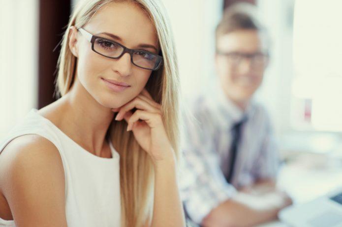 блондинка в очках, деловой стиль