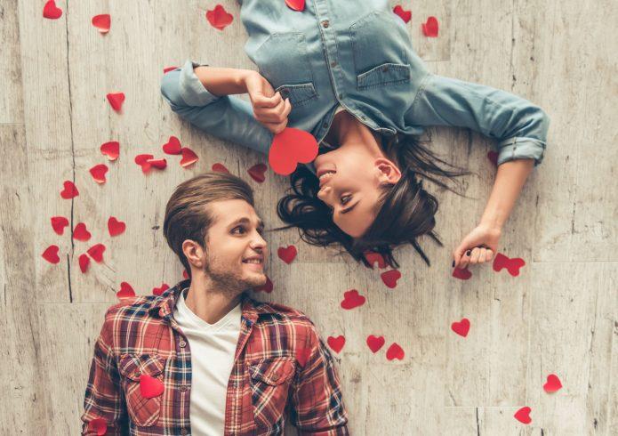 любовь, сердечки, девушка и парень валяются на полу