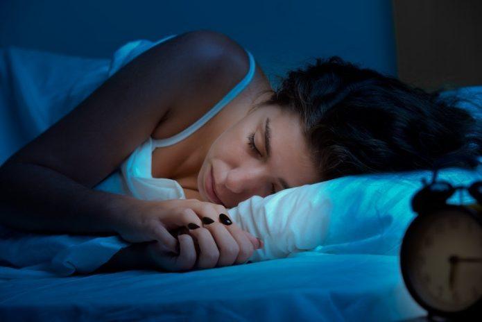 спящая девушка, будильник