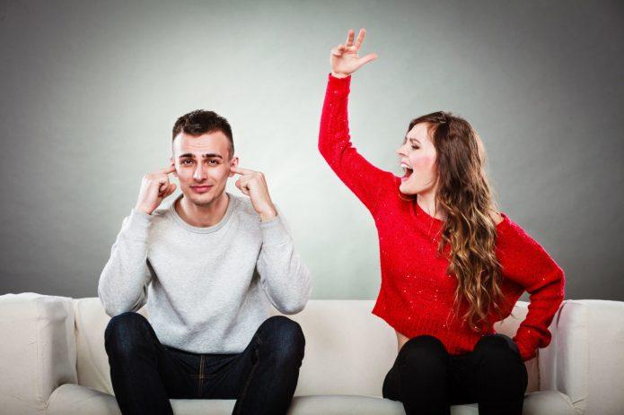 девушка и парень ругаются на диване