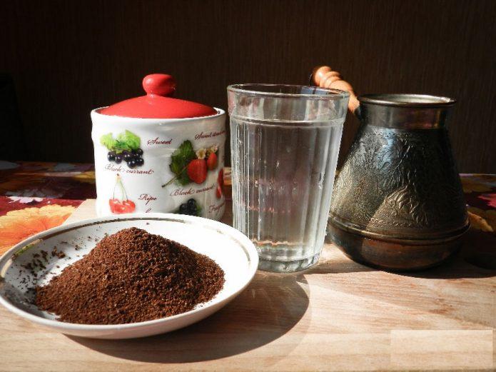 Посуда и молотый кофе в блюдце