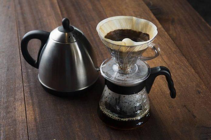 Фильтруют кофейный напиток